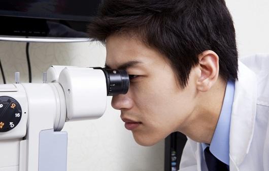 안과검사를 하는 의료진