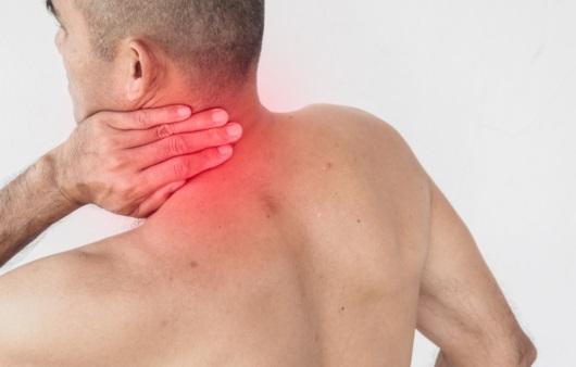 뒷목 통증을 느끼는 남성