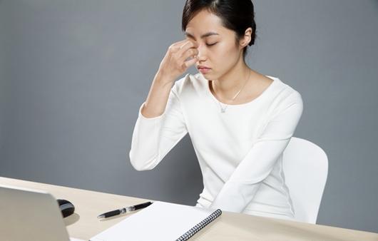 감기 기운을 호소하는 여성