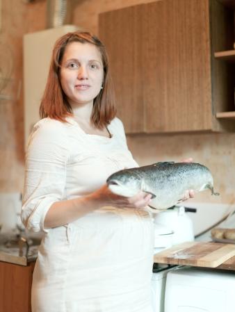어류를 들고 있는 임신부