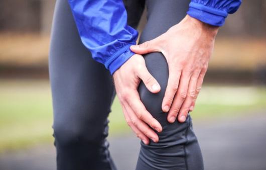 무릎 부상을 호소하는 성인